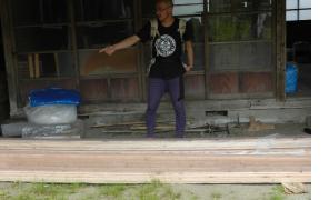 フローリング材を採寸して切る。